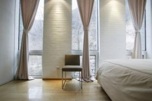 Moderne zavese na tleh v spalnici